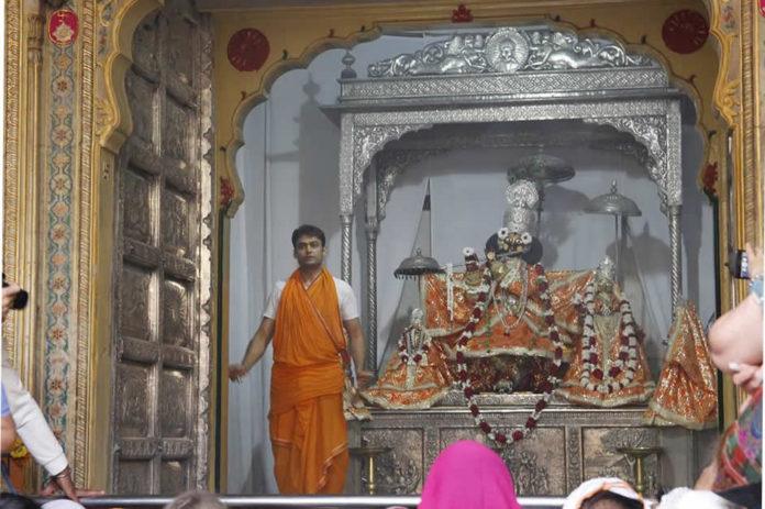 God is the same as Krishna's Gopinathji the war, Krishna's chest and arm