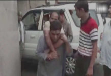 Qabil-e-compliments: BJP legislator lifted the injured on the shoulder to the emergency ward
