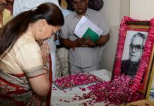 The Chief Minister, the former Vice President, Bowed down Shekhawat