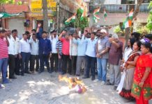 Congress burns a foot of Minister Arun Chaturdi against broken roads in Water Park