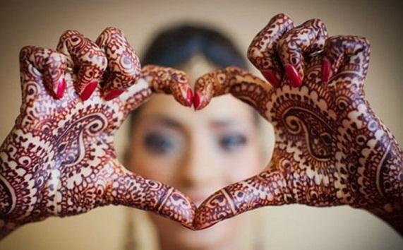 Dollar, riyal and mobile phone rain in Pakistani wedding