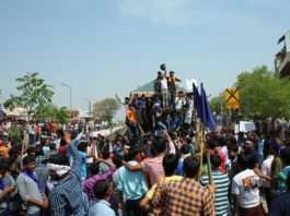 India has been closed on the call of Dalit organizations to protest against the Supreme Court's decision in the ST-SC Act. Peacefully started off became violent in Rajasthan till noon.