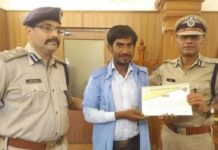 Police commissioner, honored, auto driver,Ramkesh Yadav, Karauli, Police Commissioner Sanjay Agrawal