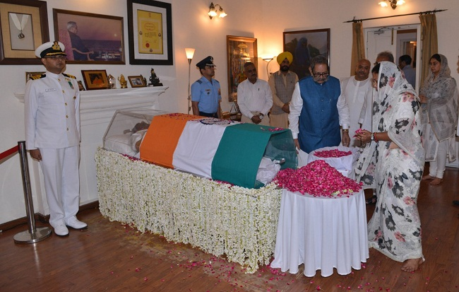 Chief Minister, Vasundhara Raje, presented, flowers, body, atal bihari Vajpayee