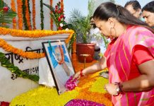 Chief Minister Vasundhara Raje paid tribute to the Father of the Nation Mahatma Gandhi on his birth anniversary. Raje reached the statue of Mahatma Gandhi at Gandhi Circle on Tuesday morning and bowed down to him and remembered him.