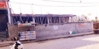 chunaav kee aad mein aavaaseey bhookhand par avaidh komarshiyal bilding